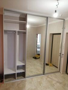 Встроенный шкаф купе с большими зеркалами
