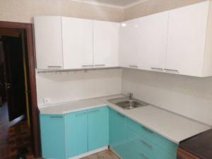 Небольшая кухня в двух цветах