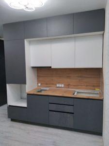 Современная кухня с пеналом сбоку